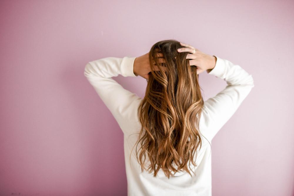 długie, rozpuszczone włosy